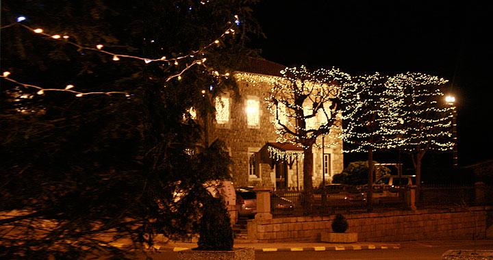 <p>Découvrez <strong>le village revêt de sa parure de fêtes&#8230; </strong></p>
